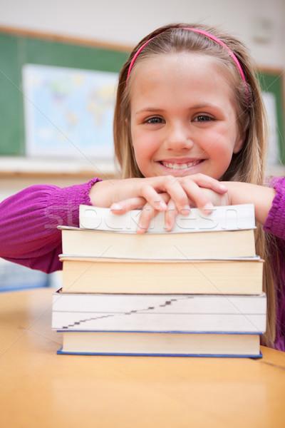 Portré boldog iskolás lány pózol boglya könyvek Stock fotó © wavebreak_media
