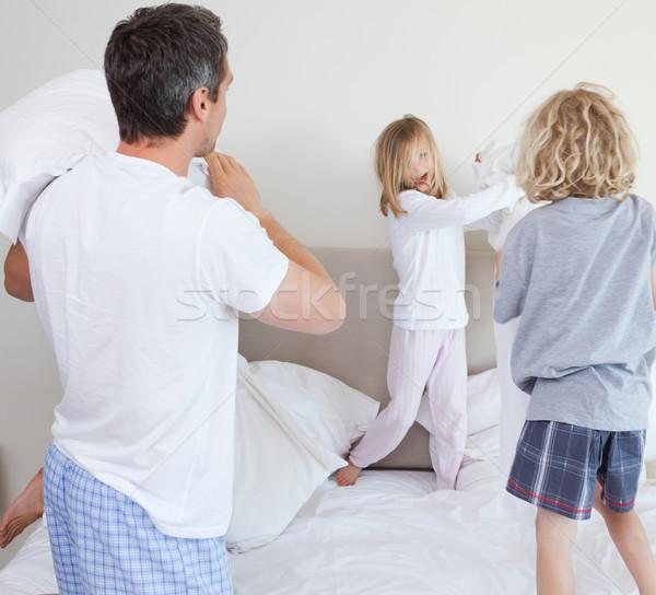 Família luta de almofadas juntos homem mãe Foto stock © wavebreak_media