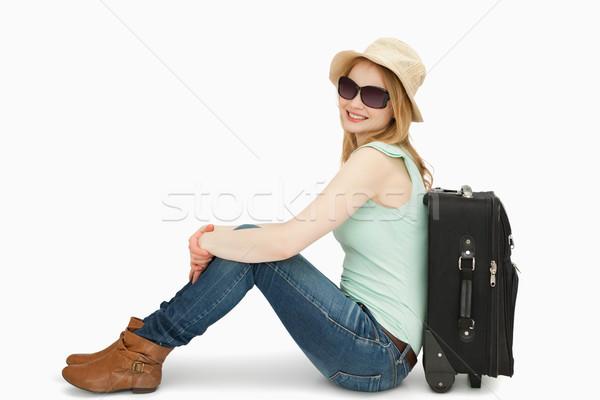 женщину Солнцезащитные очки сидят чемодан белый Сток-фото © wavebreak_media