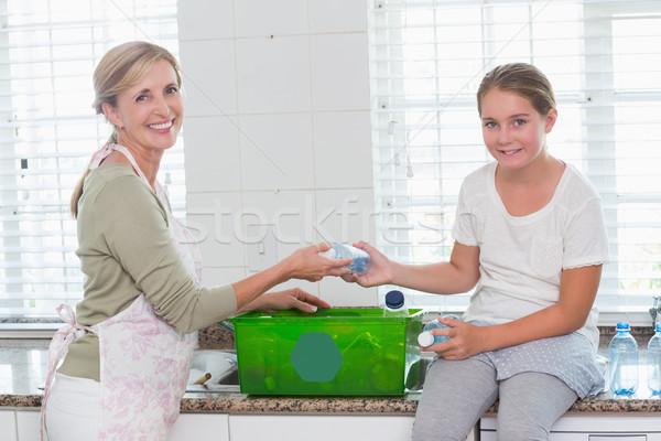 Сток-фото: матери · дочь · бутылок · рециркуляции · окна · домой