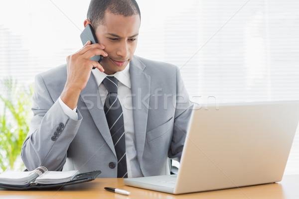 Affaires utilisant un ordinateur portable bureau concentré jeunes Photo stock © wavebreak_media