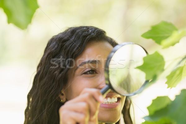 Vrouw onderzoeken bladeren vergrootglas jonge vrouw Stockfoto © wavebreak_media