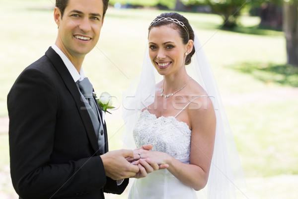 Lo sposo anello spose dito parco ritratto Foto d'archivio © wavebreak_media