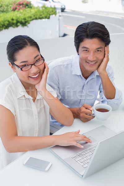 Sorridente casal café da manhã juntos usando laptop fora Foto stock © wavebreak_media