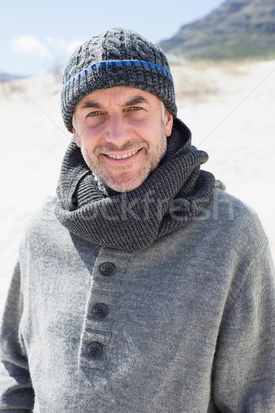 Atrakcyjny człowiek uśmiechnięty kamery plaży hat Zdjęcia stock © wavebreak_media