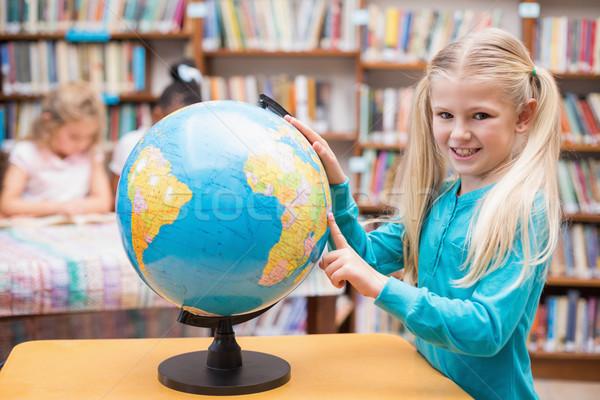 Bonitinho olhando globo biblioteca escola primária escolas Foto stock © wavebreak_media