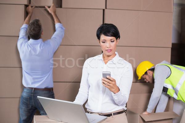 Raktár menedzser laptopot használ sms chat telefon nagy Stock fotó © wavebreak_media