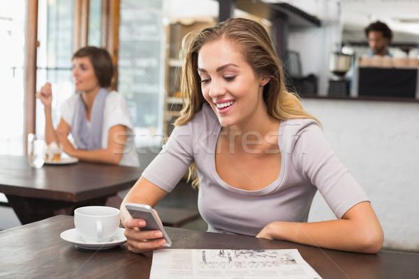 Csinos szőke nő küldés szöveges üzenet kávéház férfi Stock fotó © wavebreak_media