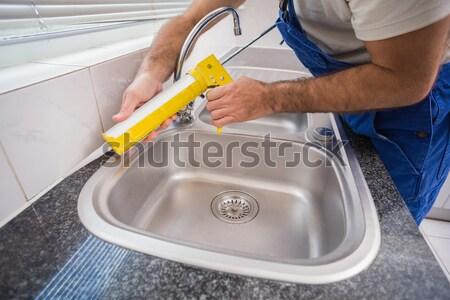Encanador enchimento azulejos cozinha homem feliz Foto stock © wavebreak_media
