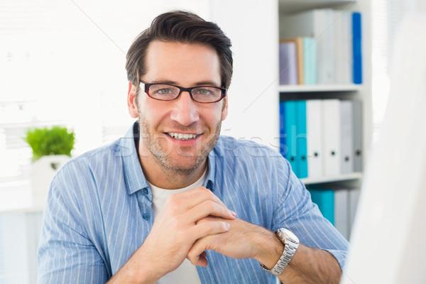 Editor de trabajo ordenador sonriendo cámara oficina Foto stock © wavebreak_media