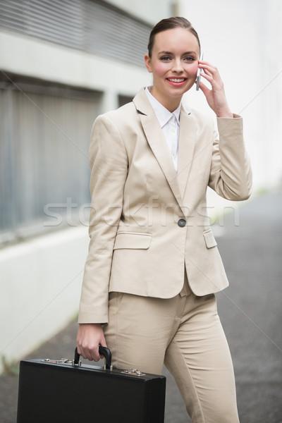 Stockfoto: Jonge · zakenvrouw · praten · telefoon · buiten · stad