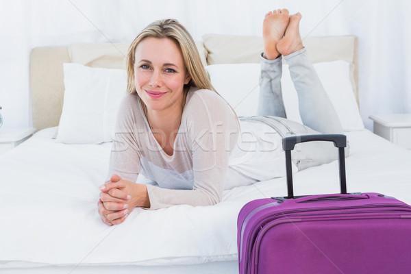 Glimlachend blond bed bagage hotelkamer vrouw Stockfoto © wavebreak_media