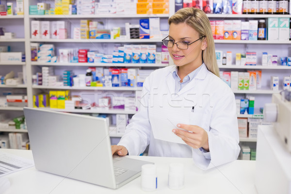 Pharmacien hôpital pharmacie femme médicaux Photo stock © wavebreak_media