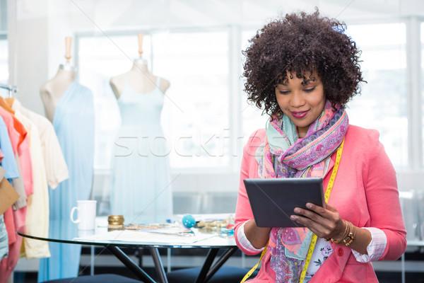 Női divat designer digitális tabletta vonzó nő Stock fotó © wavebreak_media