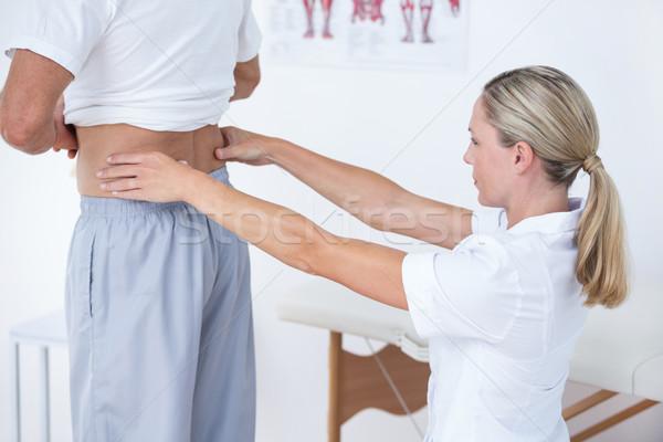Médico examinar paciente atrás médicos oficina Foto stock © wavebreak_media