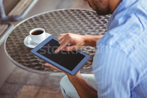Uważny biznesmen tabletka ramię widoku na zewnątrz Zdjęcia stock © wavebreak_media