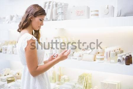Fókuszált nő termékek szépségszalon vásárlás női Stock fotó © wavebreak_media
