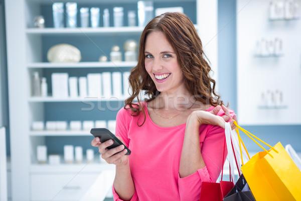 Csinos nő küldés szöveg vásárlás gyógyszertár boldog Stock fotó © wavebreak_media
