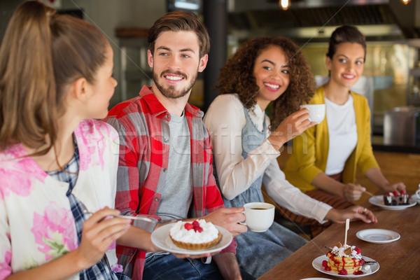 счастливым друзей десерта кафе группа человека Сток-фото © wavebreak_media