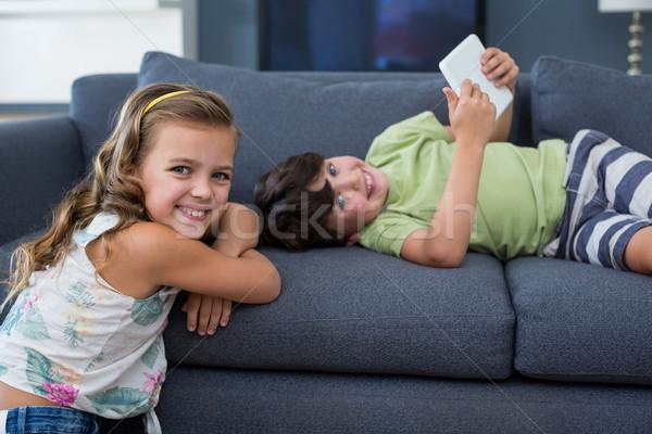 Mosolyog testvérek digitális tabletta néz kamera Stock fotó © wavebreak_media