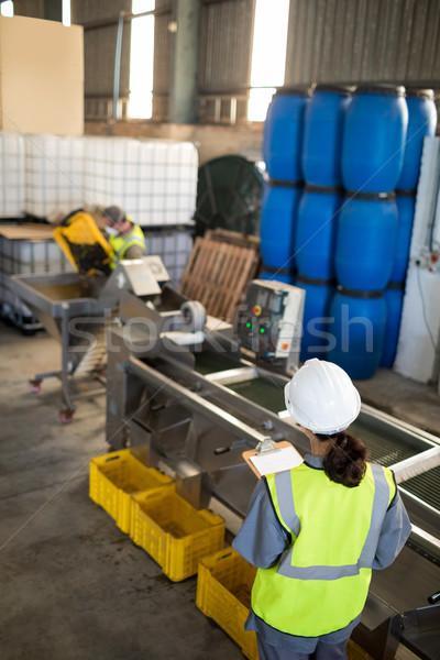 Stock fotó: Női · technikus · ír · vágólap · olaj · gyár