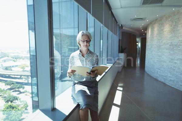 üzletasszony olvas akta ül ablak nő Stock fotó © wavebreak_media