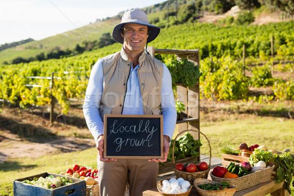 Portrait heureux homme permanent légumes table Photo stock © wavebreak_media