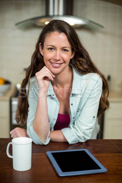 Fiatal nő konyha kávésbögre digitális tabletta portré Stock fotó © wavebreak_media