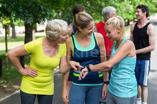 Maratón femenino atletas ritmo cardíaco ver parque Foto stock © wavebreak_media