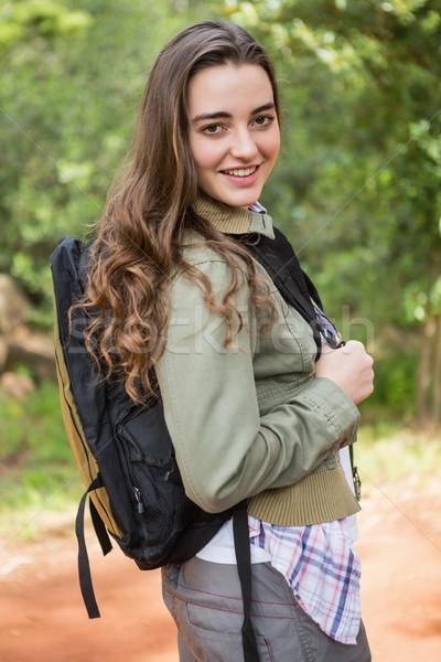 Sorrindo mochila mulher grama feliz Foto stock © wavebreak_media