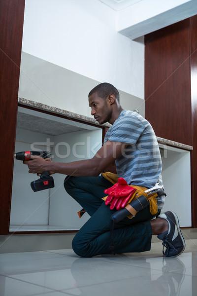 Utasítás munkás fúrás lyuk konyha otthon Stock fotó © wavebreak_media
