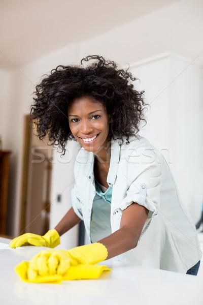 Nő takarítás konyhapult portré ruha otthon Stock fotó © wavebreak_media