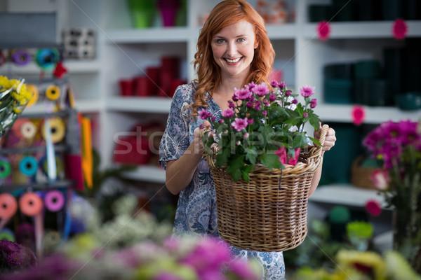 Heureux Homme fleuriste panier fleurs Photo stock © wavebreak_media