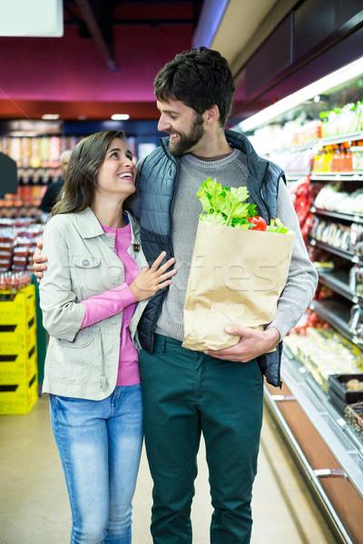 Uśmiechnięty para zakupy warzyw organiczny sekcja Zdjęcia stock © wavebreak_media