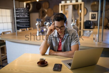 Hangsúlyos üzletasszony ül asztal iroda számítógép Stock fotó © wavebreak_media