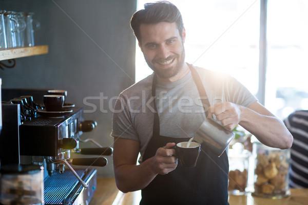 Sorridente garçom copo café contrariar Foto stock © wavebreak_media