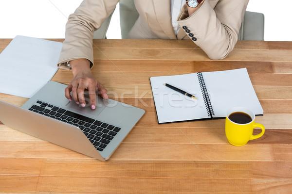 üzletasszony laptopot használ napló feketekávé asztal iroda Stock fotó © wavebreak_media