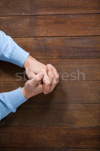 Bidden handen man houten bureau hand Stockfoto © wavebreak_media