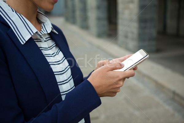 Negócio executivo telefone móvel feliz cidade edifícios Foto stock © wavebreak_media