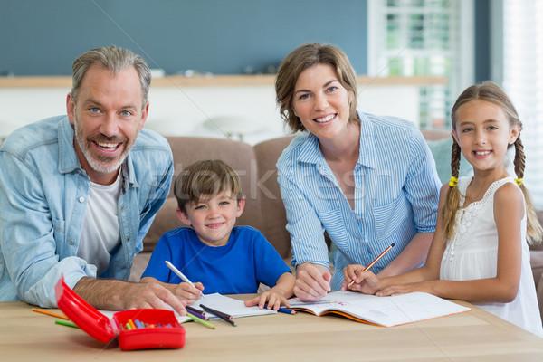 Hermanos ayudar deberes padres salón casa Foto stock © wavebreak_media
