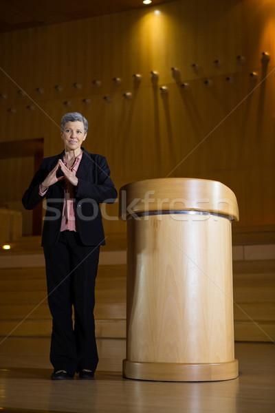 Vrouwelijke business uitvoerende toespraak vrouw Stockfoto © wavebreak_media