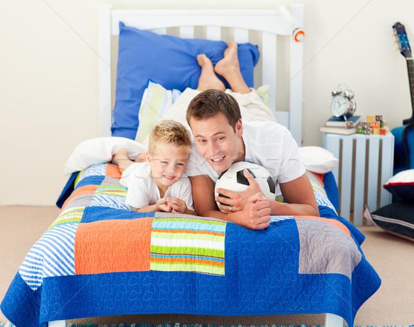 Sorridente pequeno menino pai assistindo futebol Foto stock © wavebreak_media