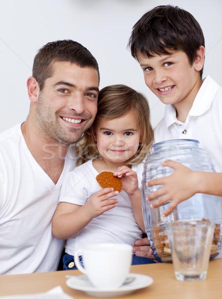Apa gyerekek eszik kekszek tej konyha Stock fotó © wavebreak_media