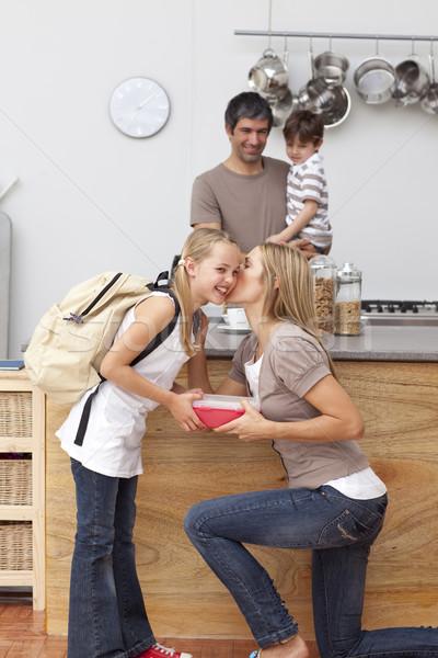 Matka córka szkoły obiad kiss kuchnia Zdjęcia stock © wavebreak_media