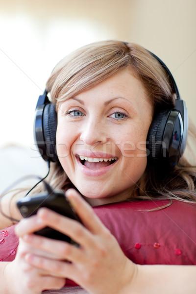 Szczęśliwy kobieta słuchania muzyki bawialnia domu Zdjęcia stock © wavebreak_media