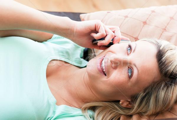 Animado mujer teléfono salón teléfono comunicación Foto stock © wavebreak_media