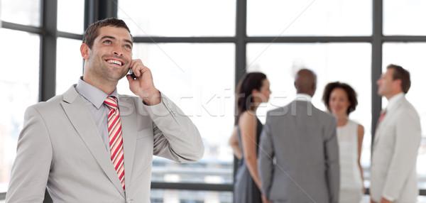 Dinâmico empresário telefone local de trabalho colegas Foto stock © wavebreak_media
