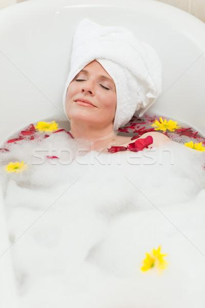 Belle femme détente bain serviette tête Photo stock © wavebreak_media