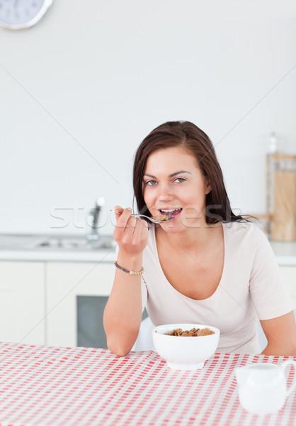 Zdjęcia stock: Młoda · kobieta · jedzenie · zbóż · kuchnia · dziewczyna · szkła