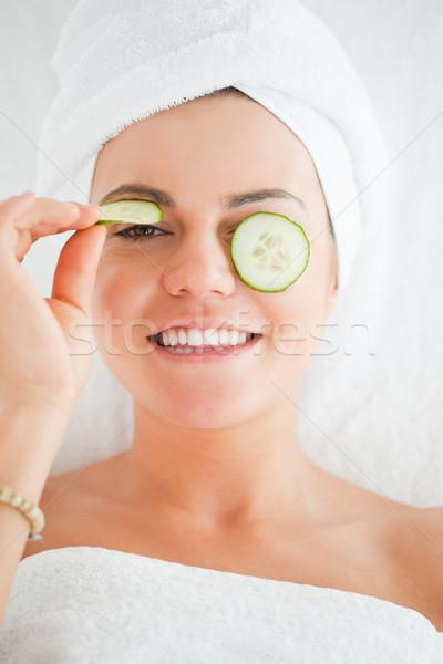 Fiatal nő tudomás mosoly uborka szeletek arc Stock fotó © wavebreak_media